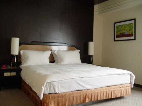 Forte Green Garden Apartments: View of a king bed