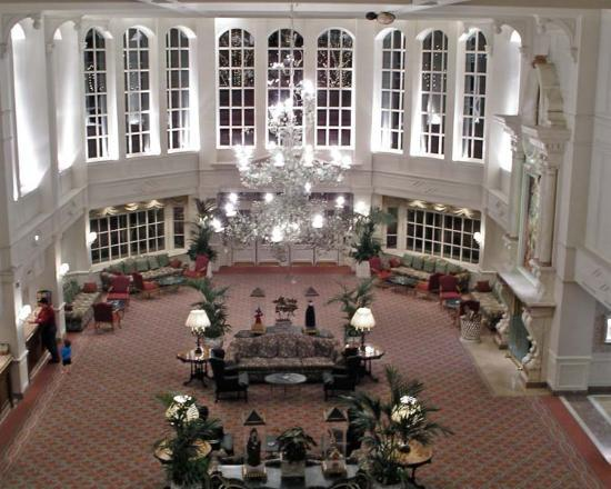 Disneyland Hotel: The hotels main reception foyer at night