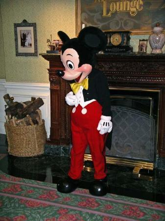 Disneyland Hotel : A chance to meet Mickey in the lounge in front of the restaurants