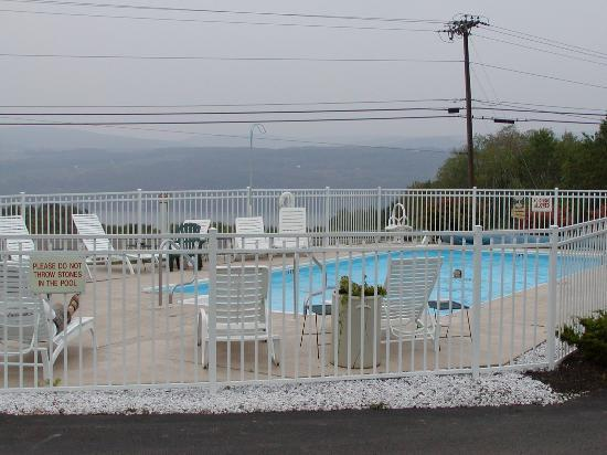 Longhouse Lodge Motel: Oudoor Heated Pool