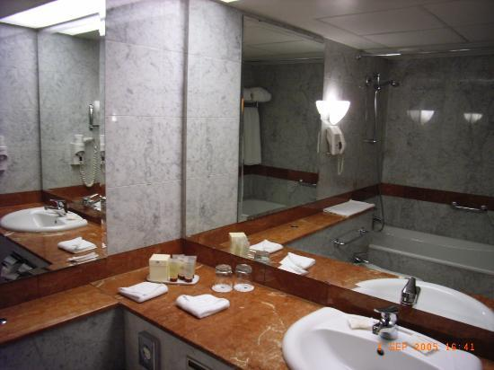 Sofitel Warsaw Victoria: Bathroom to 622 view 1