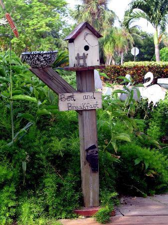 Haleys Motel and Resort: Garden decoration