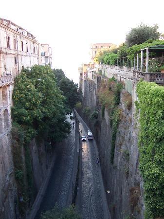 Sorrento, Olaszország: Road down to the harbour