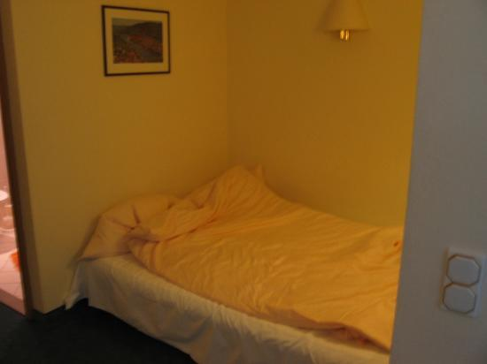 Hotel Hollaender Hof: closeup of double bed in quad room
