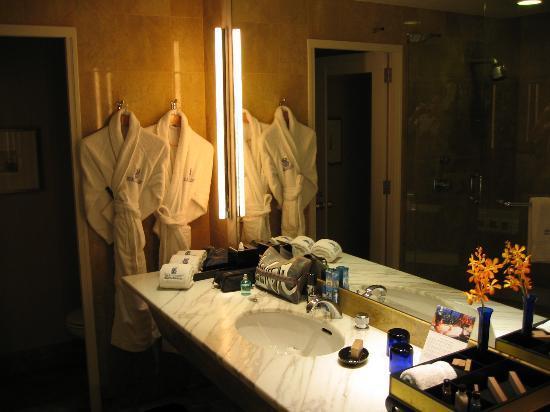 The Ritz-Carlton, Millenia Singapore: Bathroom and toiletries box - right hand side