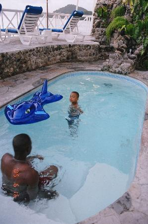 Villa Beach Cottages: Fun in the pool!