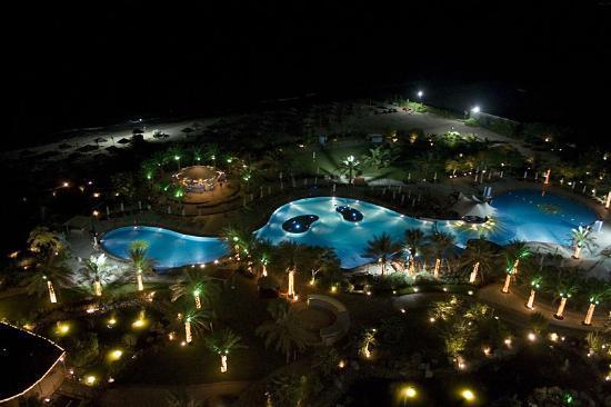 Le Meridien Al Aqah Beach Resort: Pool area at night