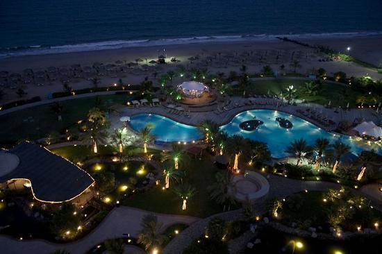 Le Meridien Al Aqah Beach Resort: Pool area after sunset