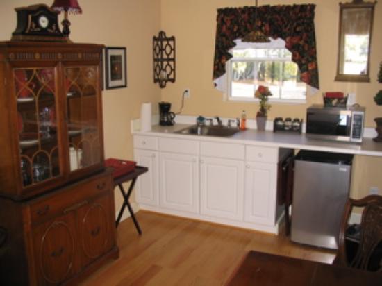 Twentynine Palms, CA: Oasis room kitchenette