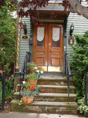 Victorian Ladies Inn: Inviting front entrance to main inn