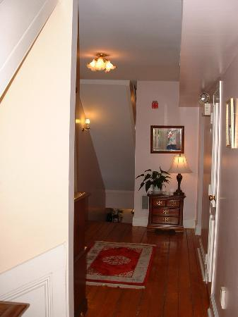 Victorian Ladies Inn: Upstairs hallway in main inn