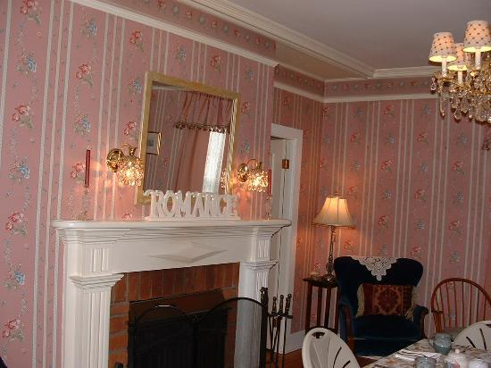 Victorian Ladies Inn: Parlor where guests come to visit, read, relax and enjoy tea served each afternoon at four
