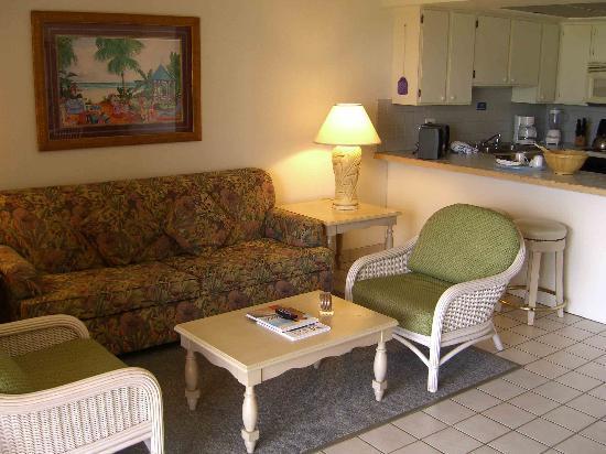 Maui Schooner Resort : Living room and kitchen