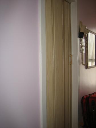 Beautiful Garnish House: Bathroom Makeshift Door