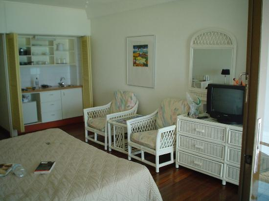 Holland House Beach Hotel: alternate room view