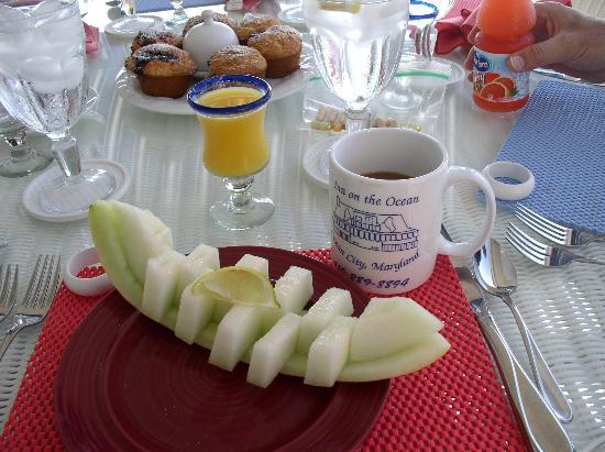 An Inn on the Ocean: Sample breakfast, muffin, fruit and then strawberry French Toast and bacon