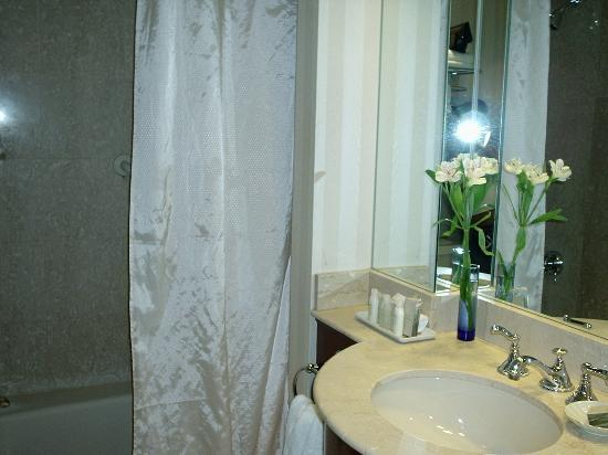 Lenox Hotel: Lenox Bathroom