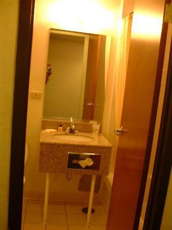 Super 8 Chicago IL: small bathroom