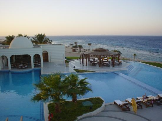 The Oberoi Sahl Hasheesh : Evening view pool, restaurant and beach