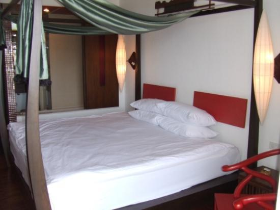 Patong Beach Hotel: The Room
