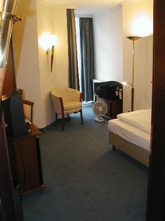 Hotel König Ludwig: single room-view towards window