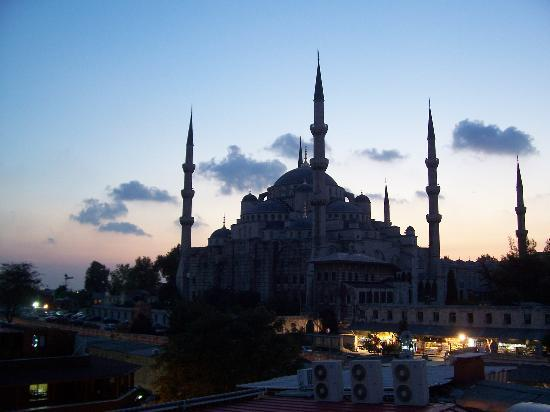 Askin Hotel: View of Blue Mosque from hotel room at dusk.