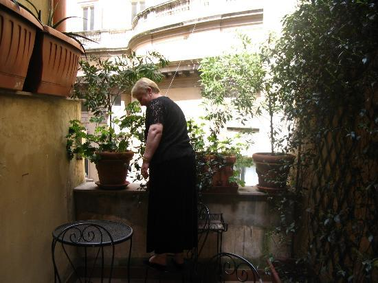 Residenza Antica Roma: The shared balcony area - Don't jump!!! Ok do... its the mother in law!
