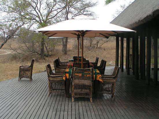 Vuyatela Lodge & Galago Camp: outside eating area