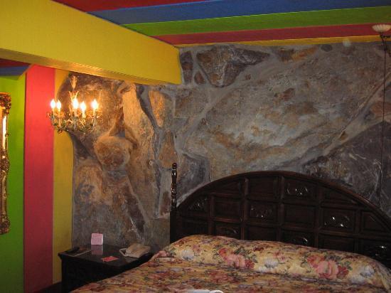 Madonna Inn: Gypsy Rocks Room