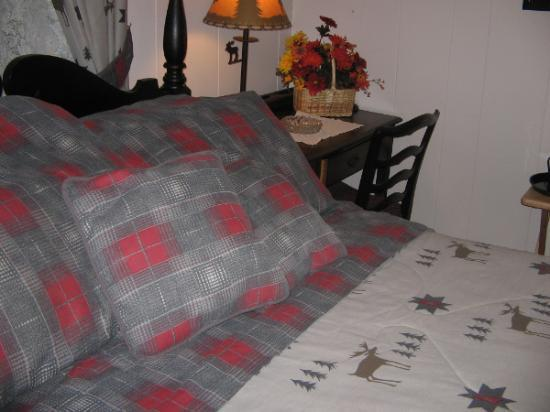 Bavarian Manor Country Inn & Restaurant: Comfy Bed