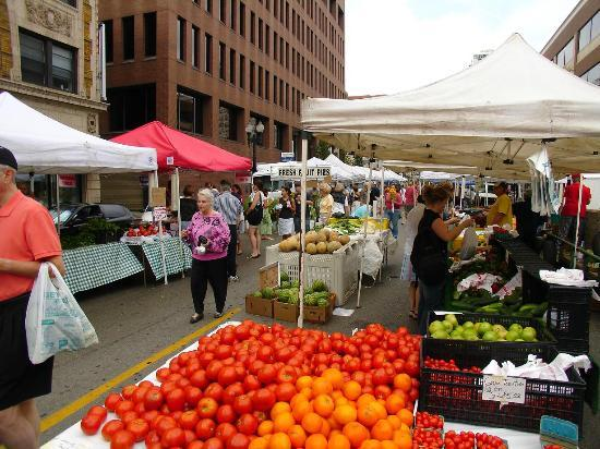 Hotel Indigo Chicago Downtown Gold Coast: Division St. Farmer's Market - 1 1/2 block South of the Hotel - Saturdays Summer to mid-Fall