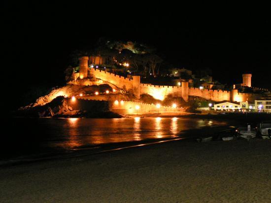 Hotel Canaima: Tossa castle at night