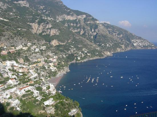 Hotel Delfino: Positano from roadside