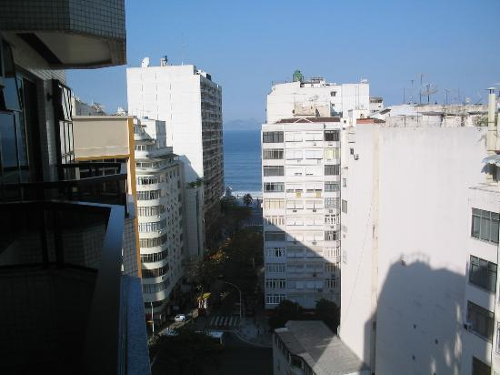 Ducasse Rio Hotel: View from the balcony of Ducasse Hotel to Copacabana beach