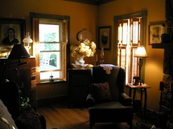 Piney Hill Bed & Breakfast: The warn and cozy living room is a wonderful place to read in the evenings!