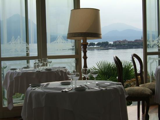 Baveno, Italia: Dining room overlooking the lake