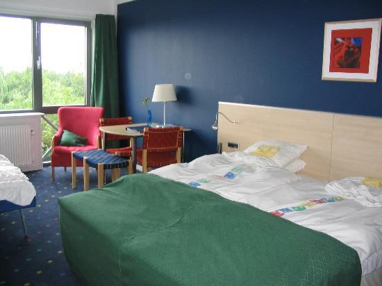 Hotel LEGOLAND: bed and table in hotel room