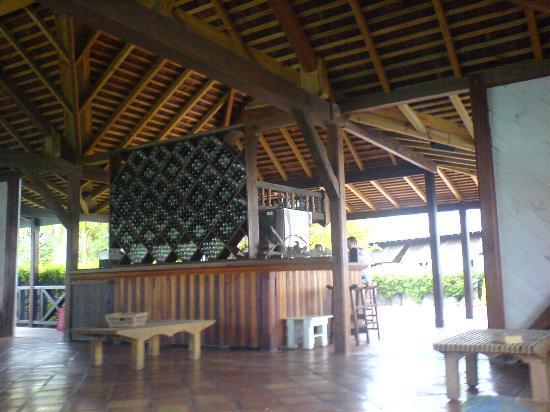 Cocobay Resort: bar area