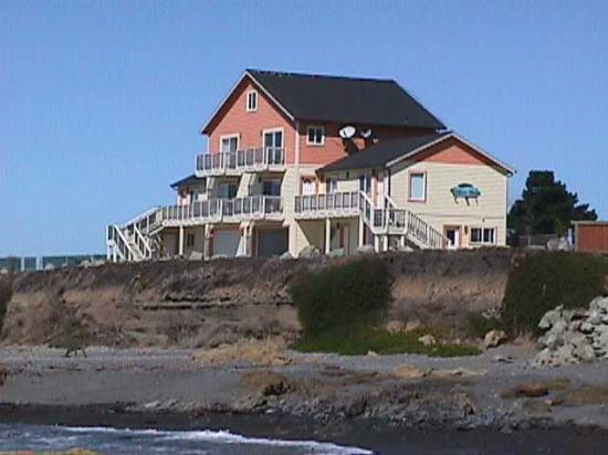 The Tides Inn of Shelter Cove: Front view of The Tides Inn.