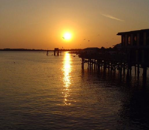 Cedar Key Harbour Master Suites: Sunset view