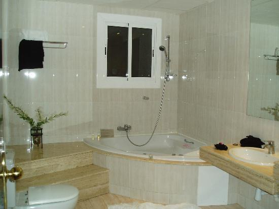 Hotel Montecarlo Barcelona: Modern and spacious bathroom w/ Jacuzzi