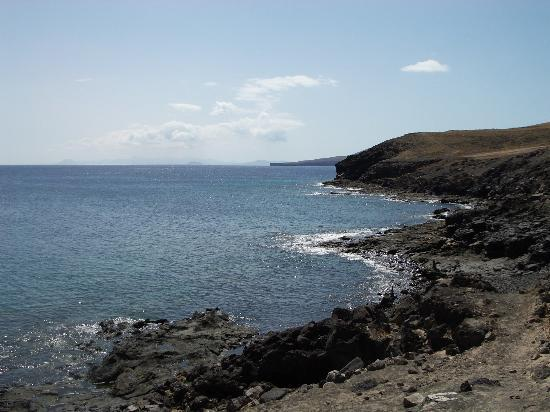 Hesperia Lanzarote : Coast at the foot of the hotel