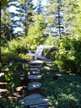 Stone Hill Inn: quiet sitting area in perrenial garden