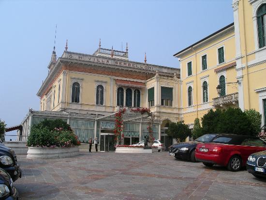 Grand Hotel Villa Serbelloni: Entry driveway
