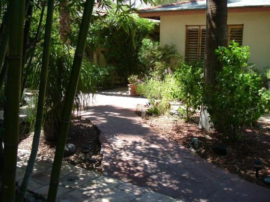 El Mirasol Villas: Pathway between rooms