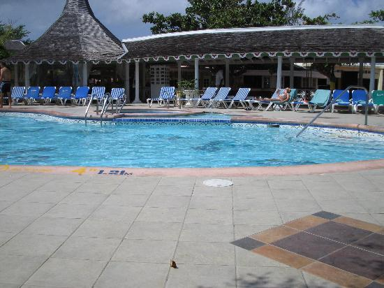Sandals Royal Caribbean Resort and Private Island : Main pool