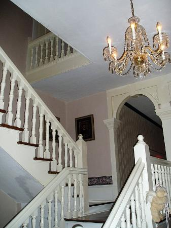 Americus Garden Inn Bed & Breakfast: Grand staircase