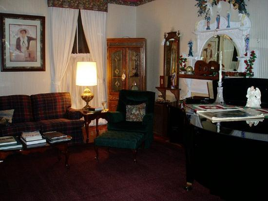 Americus Garden Inn Bed & Breakfast: Community room to read or listen to player piano