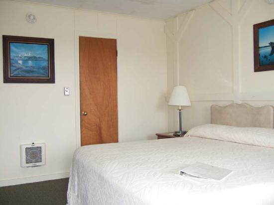 Beach Cove Waterfront Inn: Room