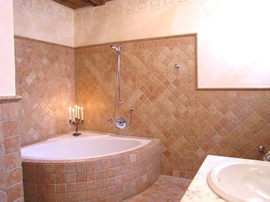 Hotel Gotisches Haus: typical bathtub in this hotel